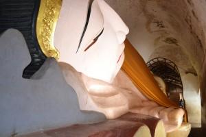 Voici Bouddha allongé dans son étroite caverne qui attend la mort, sa seul délivrance...